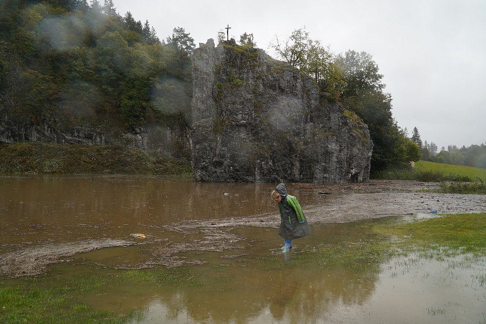 Velká voda zaplavila ve středu také areál Sloupsko-šošůvských jeskyní. Parkoviště, správní budovy a přilehlá odpočívadla, stejně jako vstup do podzemí pohltilo jedno velké jezero.