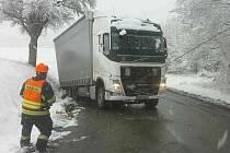 Kamion s návěsem v pondělí ráno havaroval nedaleko Letovic. Mnohatunový kolos museli vyprostit hasiči za pomoci těžké techniky.