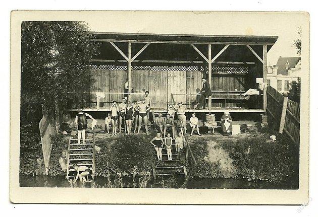 Před postavením koupaliště se Blanenští koupali vřece Svitavě. Snímek zhruba zroku 1925.