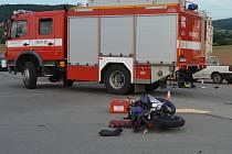 Při srážce auta a motorky u Svitávky zemřel sedmnáctiletý mladík.