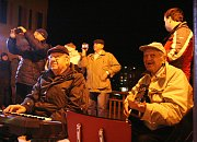 Adamovští zpívali koledy s Deníkem už potřetí. Na terase před tamním kulturním domem si příjemnou předvánoční atmosféru a setkání s přáteli ve finále užilo asi osmdesát lidí.
