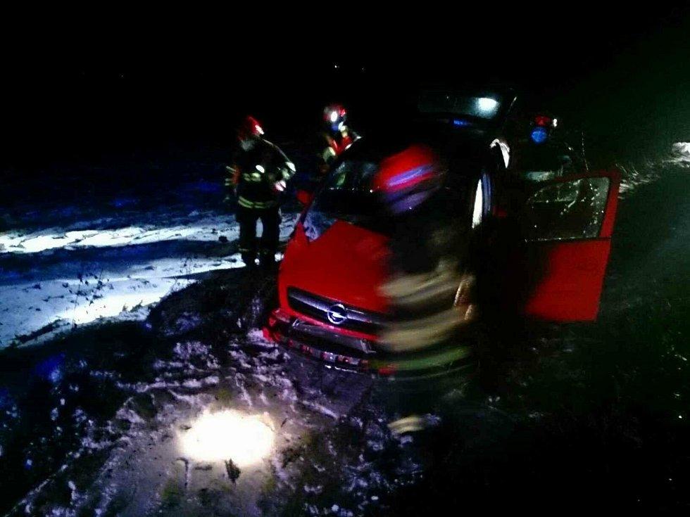 Provoz na hlavním tahu na Blanensku I/43 zpomalila ve středu před šestou ráno havárie osobního auta, které u Bořitova vyjelo mimo silnici. Lehce se při ní zranil mladý muž.