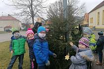 Drnovičtí školáci a děti ze školky ozdobily vánoční stromy na náměstí. Foto: archiv obce