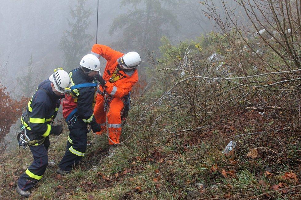 Cvičná evakuace lidí, kteří uvízli v kabině lanové dráhy u Macochy.