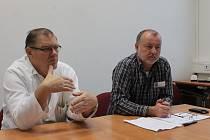 Boskovický porodník Jan Machač (na snímku vlevo) operoval v přímém přenosu na zlínské konferenci State of the Art.
