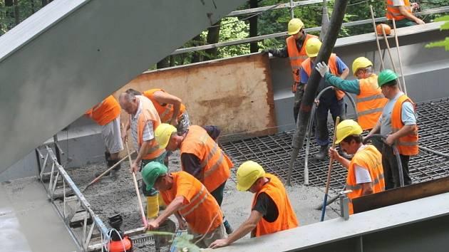 Dělníci od pondělního rána betonují nový most u Holštejna.