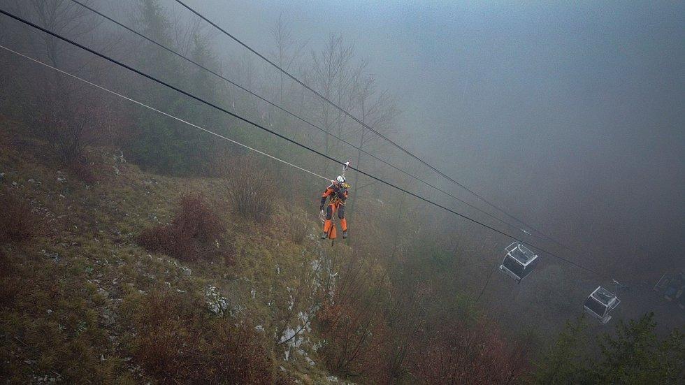 Hasiči zachraňovali turisty z lanovky. Při cvičení slaňovali i do propasti Macocha.