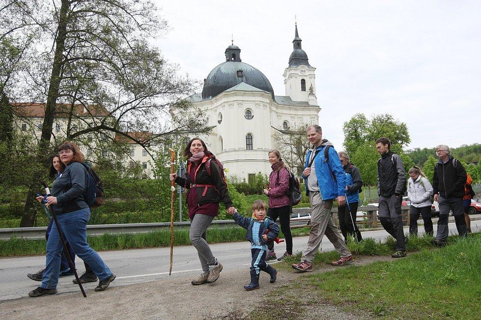 Poutníci vyrazili v neděli z Velehradu do Mikulova. Římskou cestou. V pondělí šli úsek Křtiny - Brno.