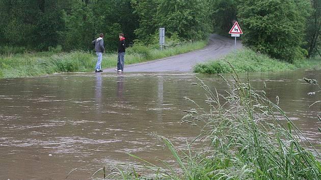 Po vytrvalých deštích se řeka Svitava vylila ze břehů u Lhoty Rapotiny. Voda zaplavila silnici mezi Lhotou Rapotinou a Oborou. V polích za obcí se vytvořila laguna.