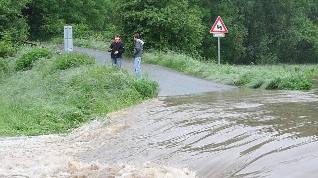 Po vytrvalých deštích se řeka Svitava ve středu vylila ze břehů u Lhoty Rapotiny. Voda zaplavila silnici mezi Lhotou Rapotinou a Oborou. V polích za obcí se vytvořila laguna.