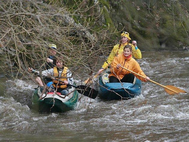 Na hladině řeky Svitavy bylo v neděli dopoledně pořádně živo. V deset hodin totiž pod splavem u blanenského vlakového nádraží otevírali vodáci tradičně řeku.