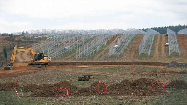 Rozestavěná fotovoltaická elektrárna v Ráječku.