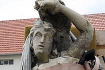 Příprava sochy sv. Šebestiána k restaurování.
