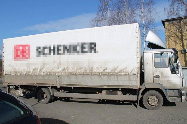 VRájci-Jestřebí se málem střetl kamion a osobní auto.