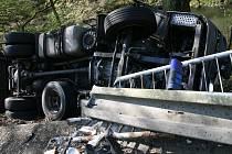 Nehoda kamionu zablokovala v sobotu před půl osmou ráno provoz na silnici mezi Blanskem a Šebrovem.