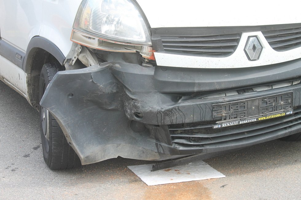 Na ulici Albína Krejčího v Letovicích se srazila dodávka a osobní auto.