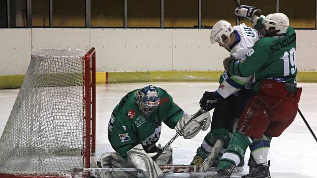 Hokejisté Blanska (v bílém) porazili Rosice až v nájezdech.