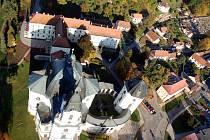Křtinský zámek stojí hned vedle poutního chrámu.