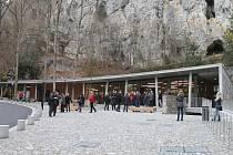 Vstup do Punkevních jeskyní. Stavba, jejímž autorem je brněnská architektonická kancelář Burian-Křivinka, je navržena na prestižní mezinárodní cenu Mies van der Rohe Award 2017.
