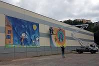 Obrázky dětí míjejí od pátku lidé v centru Adamova. A ne ledajaké. Čtyři pomalované plachty, každá o velikosti přibližně šest krát pět metrů, ozdobily stěnu nové haly tamní společnosti Eden.