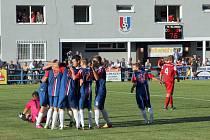 Fotbalisté Blanska (v modrém) porazili v divizi Bystřici nad Pernštejnem 3:0.