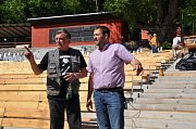 Dělníci v těchto dnech dokončují úpravy amfiteátru letního kina v Boskovicích. Má nové betonové základy i dřevěné lavičky. Při koncertech se tam vejde kolem dvou tisíc návštěvníků. Stavba má být předána v polovině června.