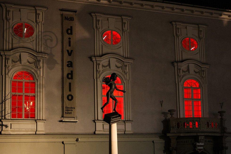 Divadla v Brně zahalila rudá barva. Připomněla osoby pronásledovené za jejich víru.