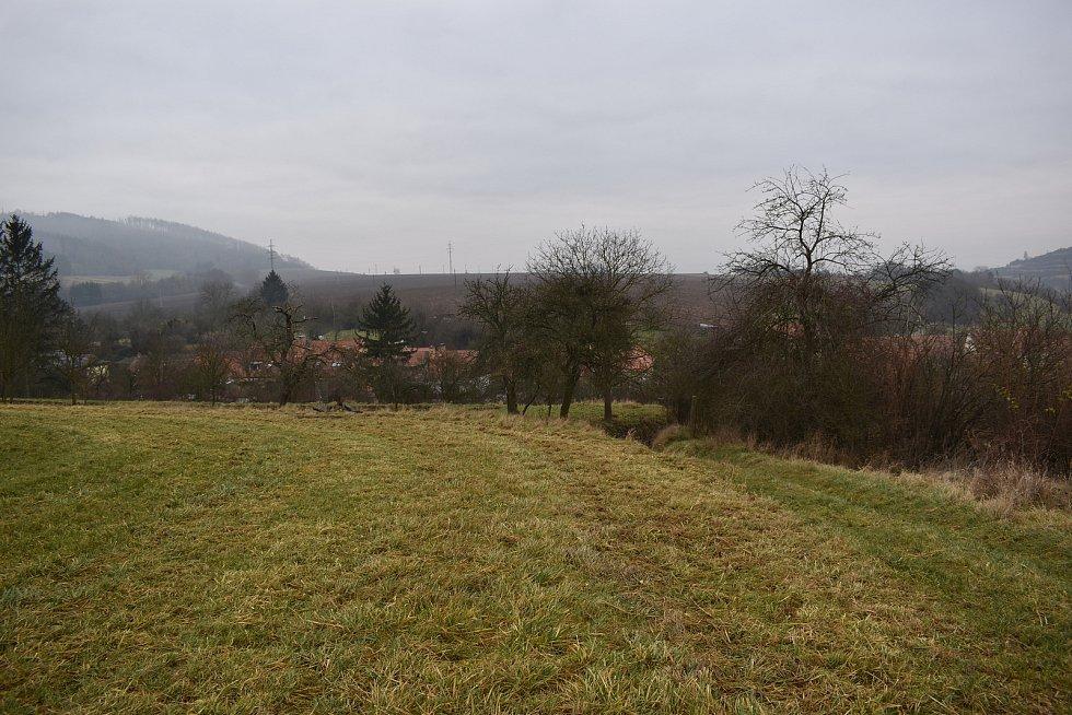 Pole, zahrady, klid. Tato idyla však v Rájci-Jestřebí v lokalitě V Humnech může vzít časem za své.