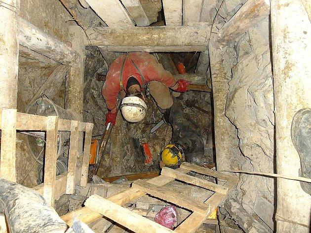 V jeskyních Moravského krasu bádá dvacet skupin speleologů. Letos hlásí nové objevy. Dvacet metrů hlubokou propast či dlouhé chodby.