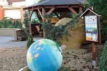 V Kunštátě nová školní zahrada nevydržela ani půl roku. O víkendu ji zdemoloval neznámý vandal. Zničil tím několikaměsíční práci dětí.