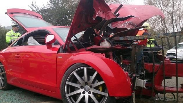 Čelní náraz do zábradlí. Kabina auta nadranc. Z hrůzostrašně vypadající nehody vyvázl dvaatřicetiletý řidič jen s lehkým zraněním.