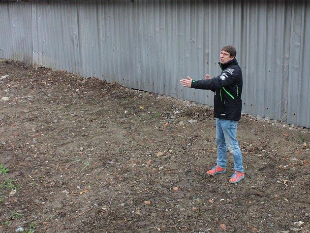 Trenér Radek Šinkora zBiatlonu Blansko ukazuje místo, kde vzniká vzduchovková střelnice.