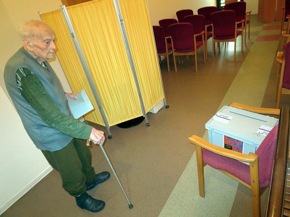 Nejstarším voličem v Senior centru v Blansku byl Rudolf Chalupa, který se narodil v roce 1917.