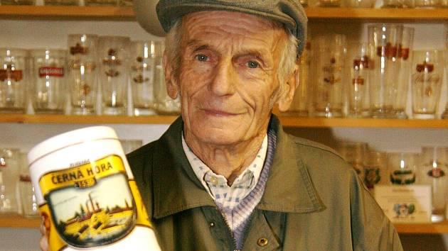 Antonín Řezníček-Podloučka z Doubravice nad Svitavou sbírá pivní půllitry.