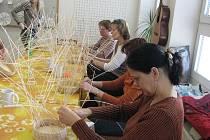 V blanenském Domě dětí a mládeže se pletly košíky.