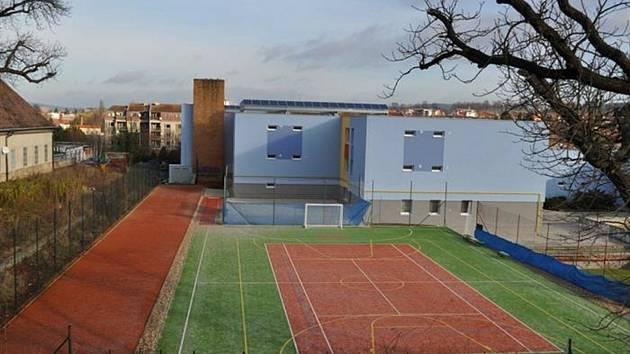 U základní školy v boskovické ulici Sušilova plánují novou běžeckou dráhu.
