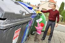 """Rodina Petra Novotného z Blanska (na snímku) odpad třídí. Kontejnery na sklo, papír a plasty mají nedaleko svého domu. """"Odpad třídíme, protože bychom měli hned plnou popelnici. Podle mě třídění odpadu má rozhodně smysl,"""" řekl Novotný."""