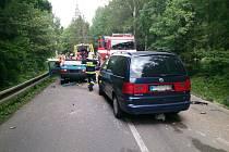 U Valchova se v neděli odpoledne srazila tři osobní auta.