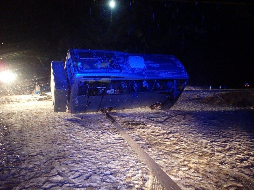 Při havárii autobusu u Holštejna se ve středu večer zranilo šest studentů.