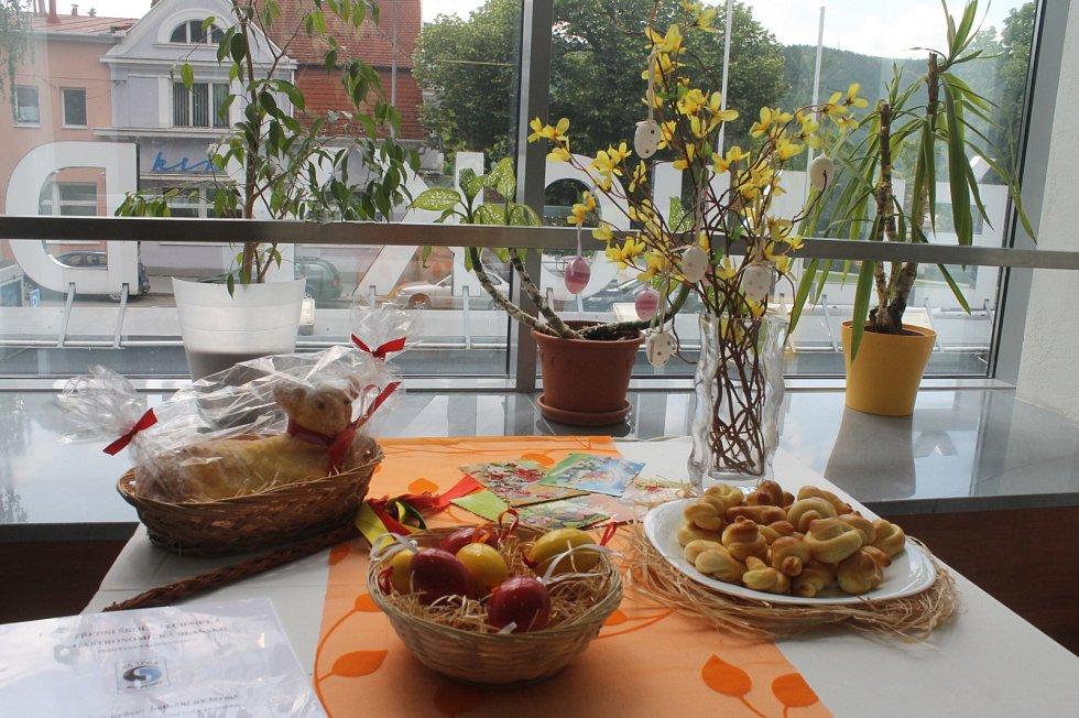 Studenti v Dělnickém domě v Blansku vytvořili různé slavnostní tabule.