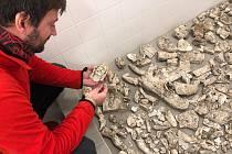 Při výkopových pracích našli dělníci před blanenským zámkem úlomky sošek z 19. století.