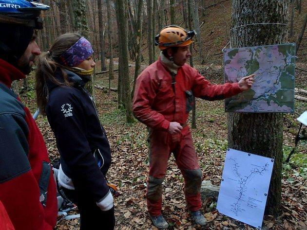 Turisté mohou Filipa Chalupku vMoravském krasu potkat vzelené uniformě dobrovolného strážce přírody. Do terénu míří několikrát týdně. Řeší problémy sneukázněnými turisty, ale také jim pomáhá sužitečnými tipy na zajímavé lokality.