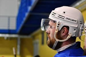 PLAY-OFF JE PRYČ. Blanenský útočník Tomáš Jílek (na snímku) přemýšlí, proč Dynamiters začali se sbíráním bodů tak pozdě.