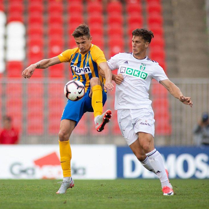 Fotbalový obránce Matěj Helebrand (vlevo) loni hostoval na jaře ve Vítkovicích, po sezoně se vrátil do Opavy.