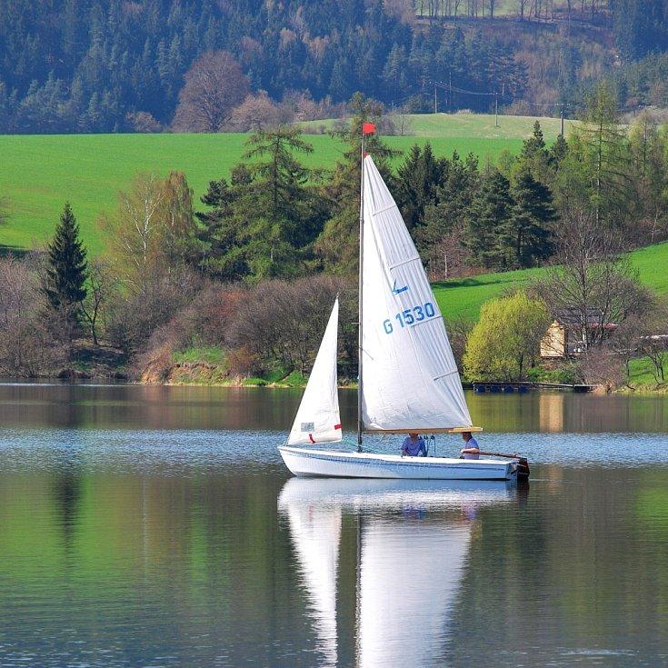 Přehrada Křetínka je vyhledávanou destinací různých druhů lodních závodů.