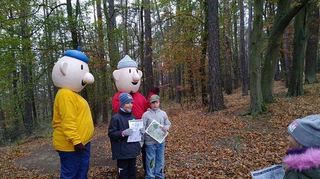 Děti se na pochodu v lese potkaly s pohádkovými postavami.