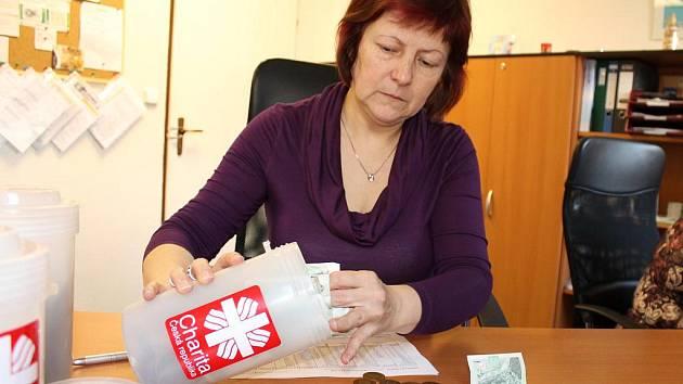 Pracovnice Oblastní charity Blansko počítají výtěžek Tříkrálové sbírky na Blanensku.