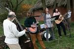 Řinčení zbraní, kouř z kovářské výhně, koně a keltská dobová hudba. V letovickém archeoparku Isarno slavili příznivci keltské historie Samhain. Začátek nového roku.