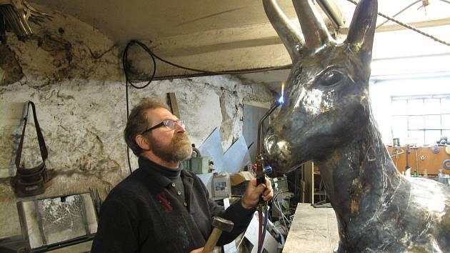 Dvoumetrový kamzík vzniká pod rukama uměleckého kováře Radomíra Bárty v Sebranicích.