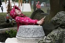 Ukázková tavba železa v replice historické pece. Uhlí vyrobené v milíři. Zpracování železa nebo výroba dehtu.  To vše si v sobotu prohlédli turisté, kteří zamířili do Josefovského údolí ke Staré huti nedaleko Adamova.